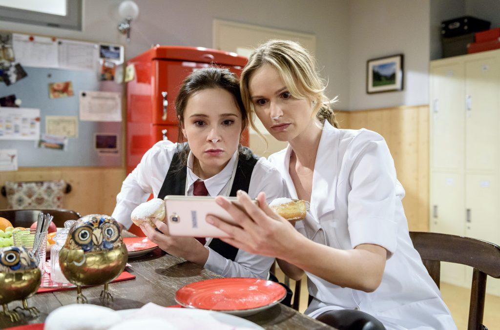 Durch Jessica (Isabell Ege, r.) erfährt Romy (Désirée von Delft, l.) von einem missverständlichen Bild, das von ihr im Internet aufgetaucht ist.