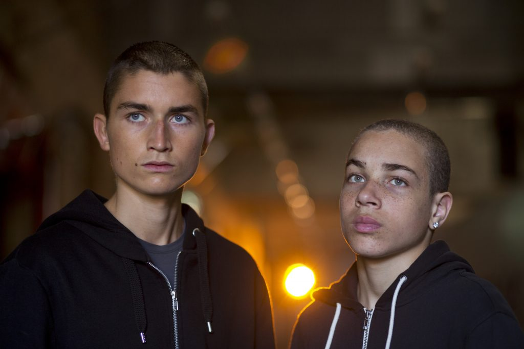 Liam (Gustav Lindh, l.) und Adam (Dakota Trancher Williams, r.) sind zwei gewalttätige Jugendliche, die grauenhafte Videos über ihre Opfer ins Netz stellen.