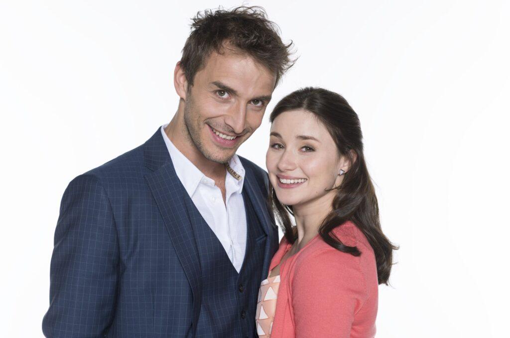 Ab Folge 2500 stehen Jeannine Michèle Wacker als Clara Morgenstern und Max Alberti als Adrian Lechner im Mittelpunkt der neuen Staffel der erfolgreichen ARD-Telenovela.