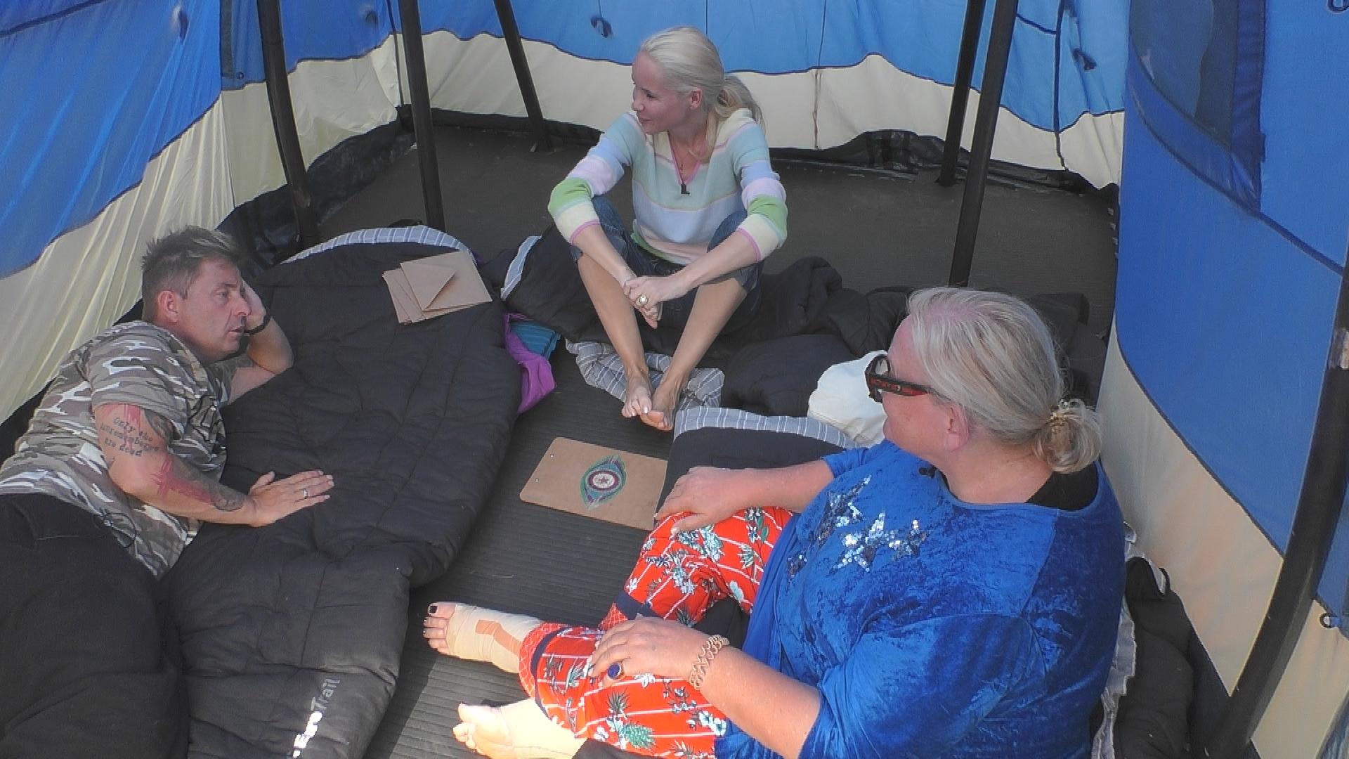 Tobi (Mitte) verkriecht sich in Janines Schoß.