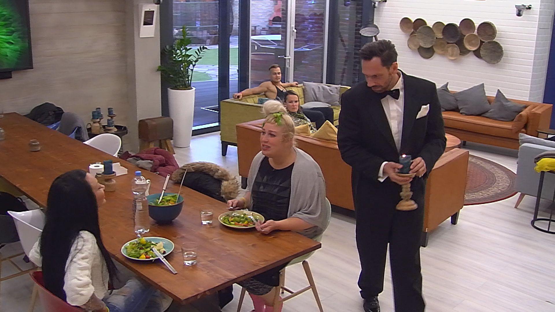Big Brother Tag 37 - Guido serviert Lusy und Asa Rohkost