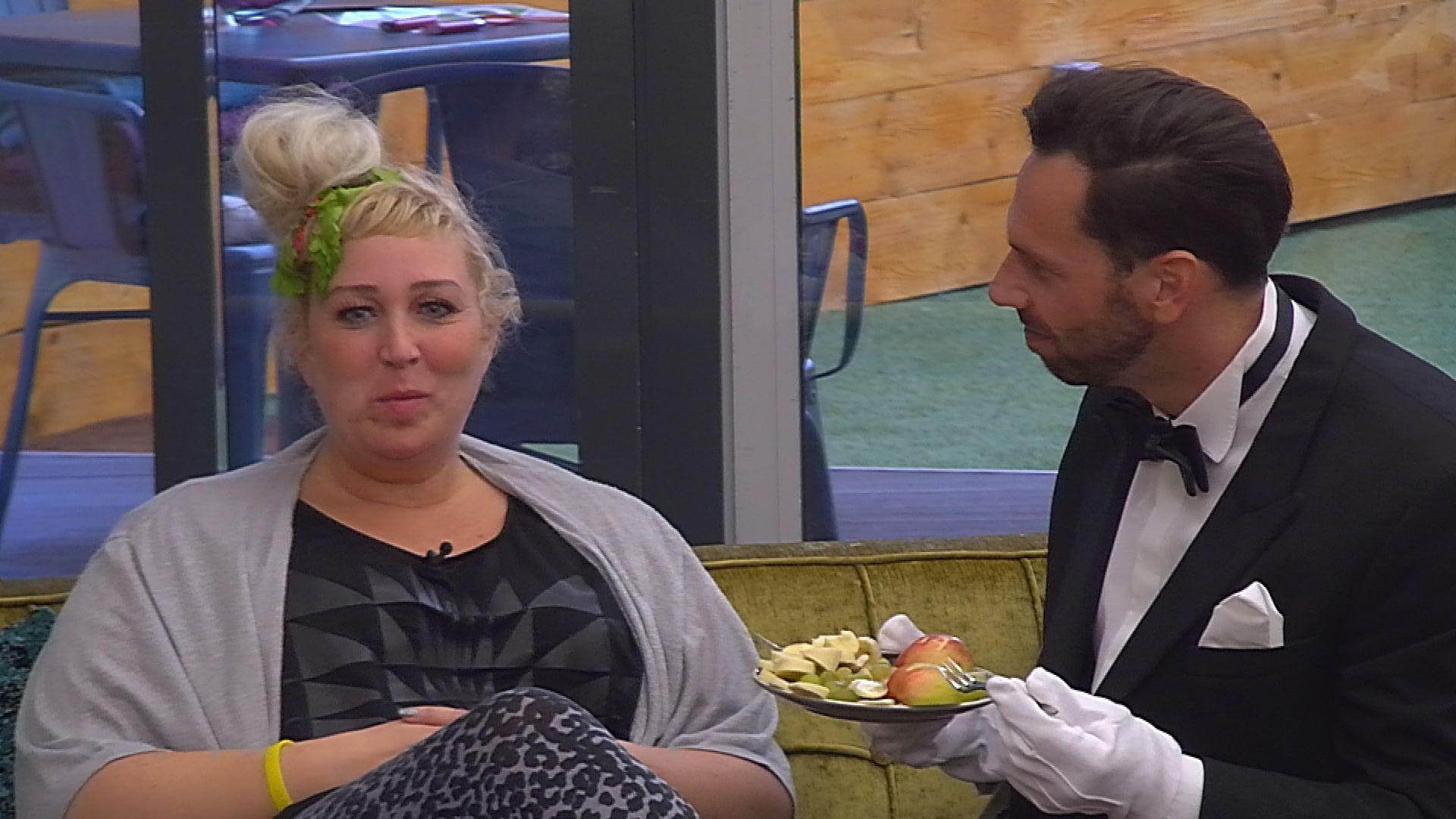 Big Brother Tag 37 - Guido füttert Asa mit Obst