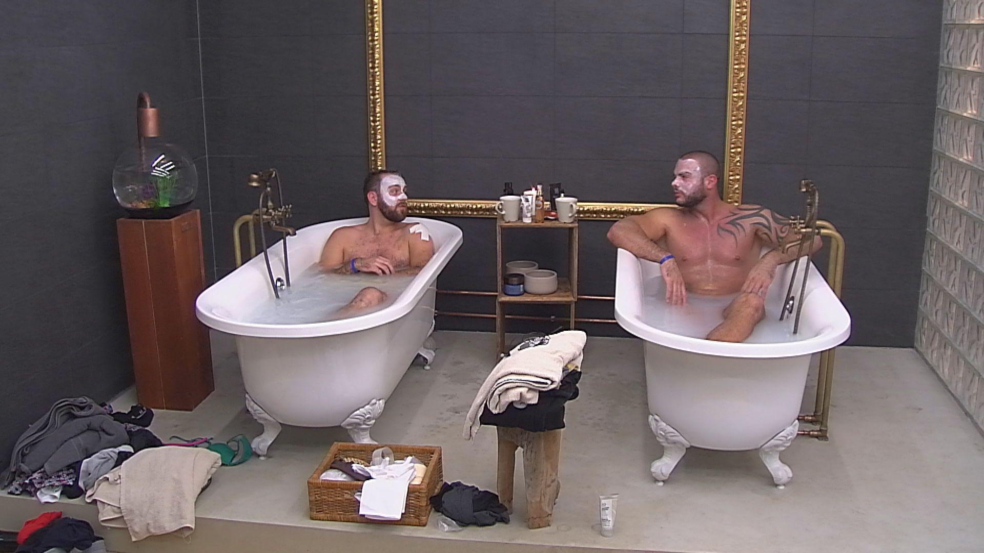 Big Brother Tag 37 - Thomas und Manuel bei ihrem Wellnessbad