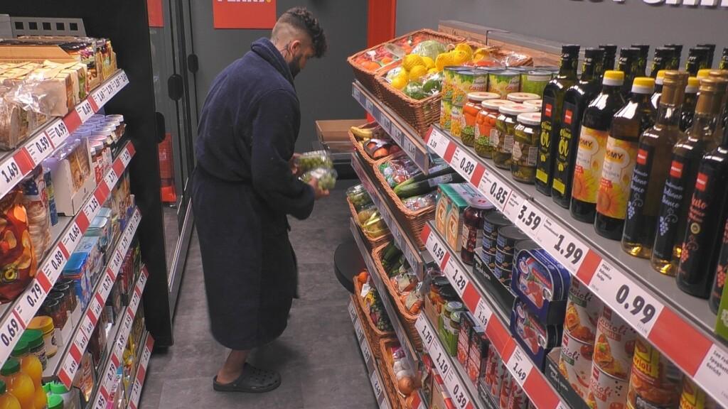 Chris beim Einkaufen und er begeht einen Regelverstoß. Der Große Bruder wird das heute Abend bestrafen.