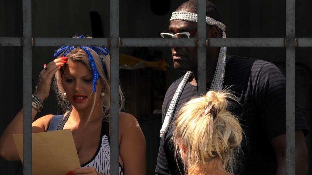 Sophia liest die Botschaft von Big Brother vor.