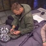 Big Brother Tag 61 – Christian und Bianca beim Reis sortieren