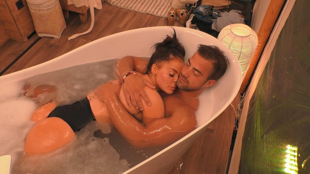 Tobi und Janine turteln in der Badewanne.