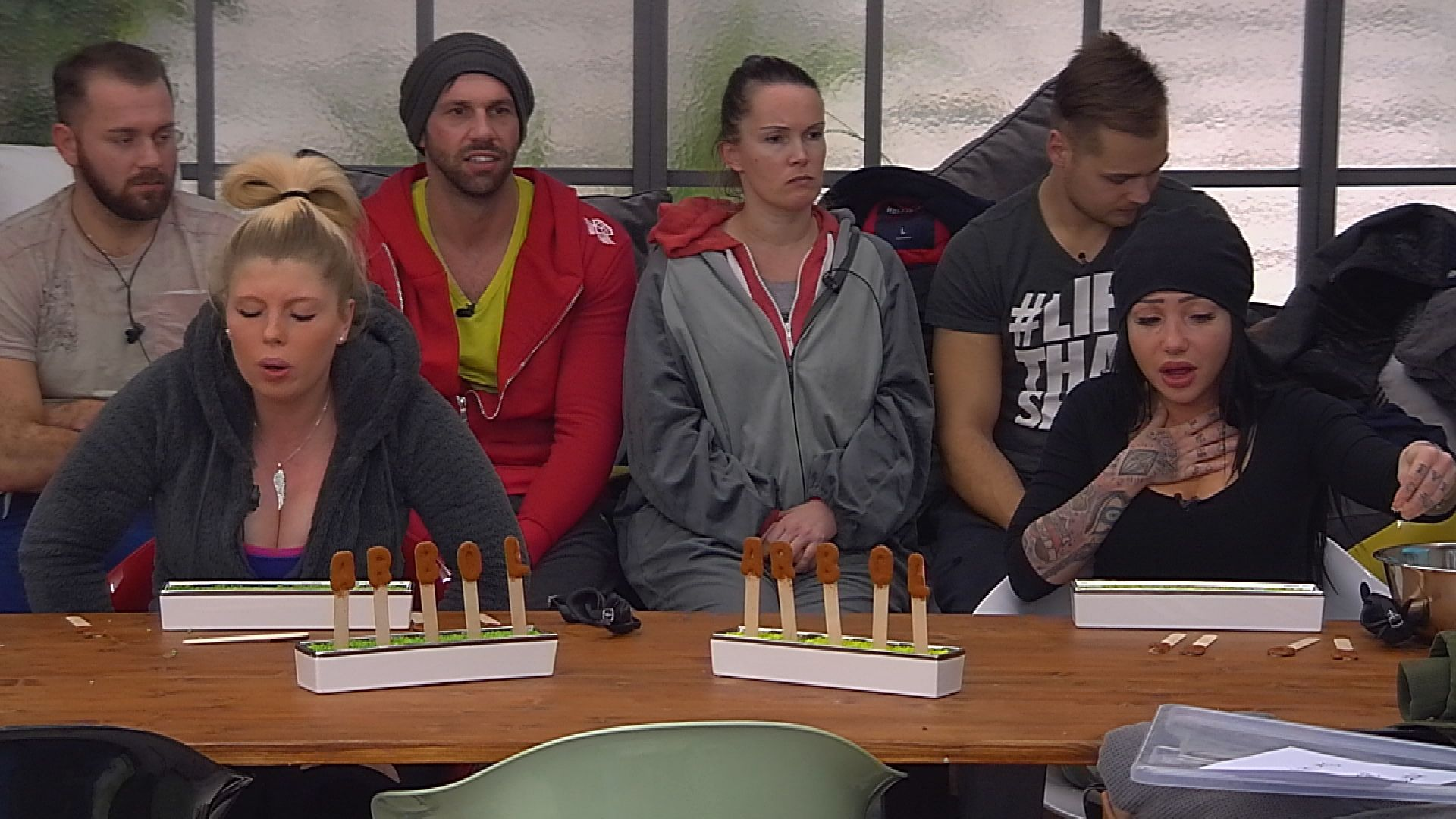 "Big Brother Tag 89 - Lusy und Sharon beim Match ""Mexikanisches Zungenlesen"""