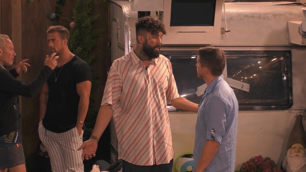 Zurück im Zeltlager kommt es zum Streit zwischen Chris (li.) und Joey.