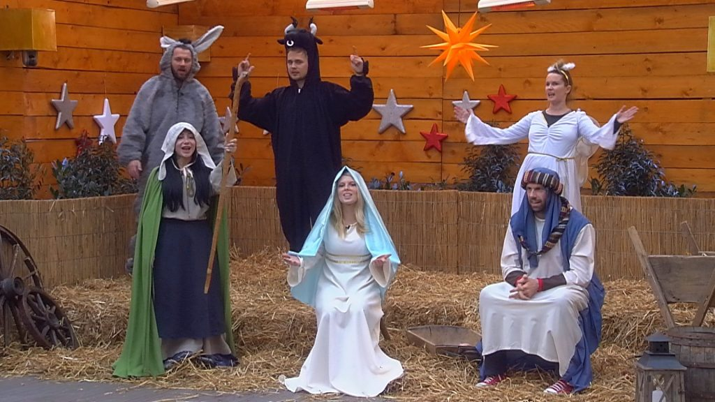 Die Bewohner üben einen Weihnachtsgruß, den sie im Finale präsentieren werden.