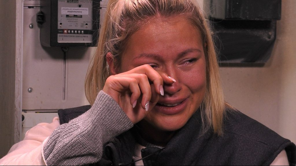 Im Sprechzimmer lässt Chethrin ihren Tränen freien Lauf.
