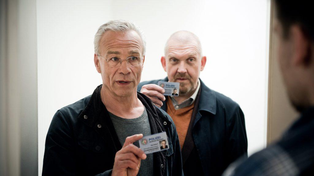 Die Kommissare Max Ballauf (Klaus J. Behrendt, l) und Freddy Schenk (Dietmar Bär, hinten) bei Lars Baumann (Hanno Koffler, r): Die Ehefrau des Bauleiters ist verschwunden.