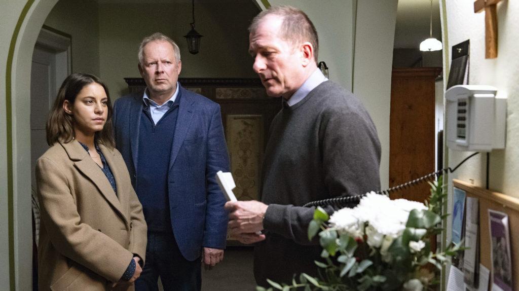 Mila Sahin (Almila Bagriacik), Borowski (Axel Milberg) mit Pastor Flemming (Martin Lindow)