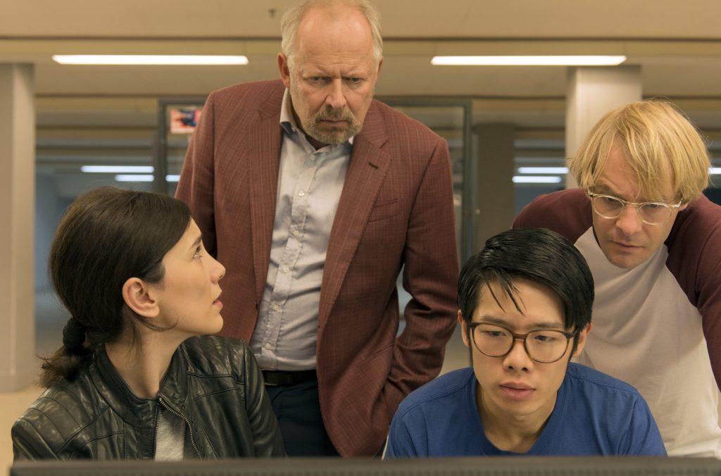 Sarah Brandt (Sibel Kekilli, li.) und Klaus Borowski (Axel Milberg, 2. v.l.) recherchieren mit den Kollegen der Abteilung Cybercrime Cao (Yung Ngo, 3. v.l.) und Dennis (Mirco Kreibich, re.).