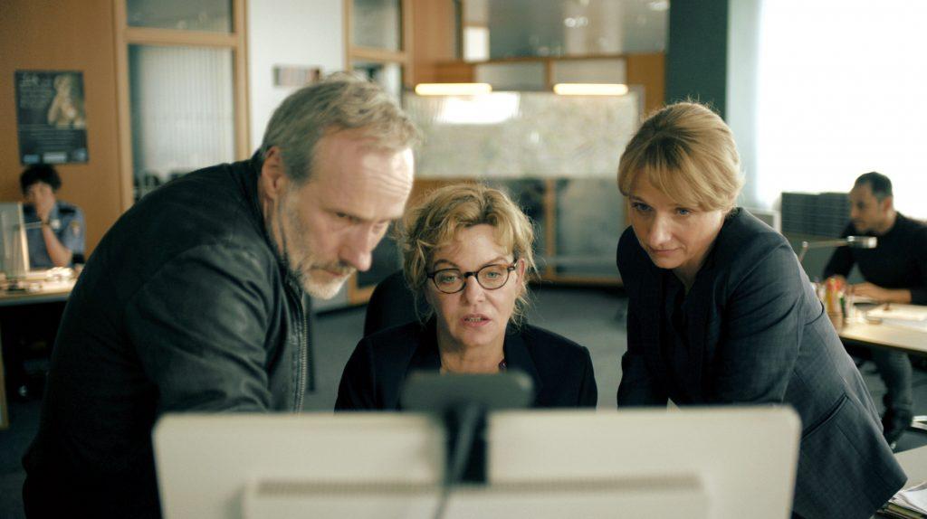 Paul Brix (Wolfram Koch), Anna Janneke (Margarita Broich, Mitte) und Constanze Lauritzen (Christina Große).
