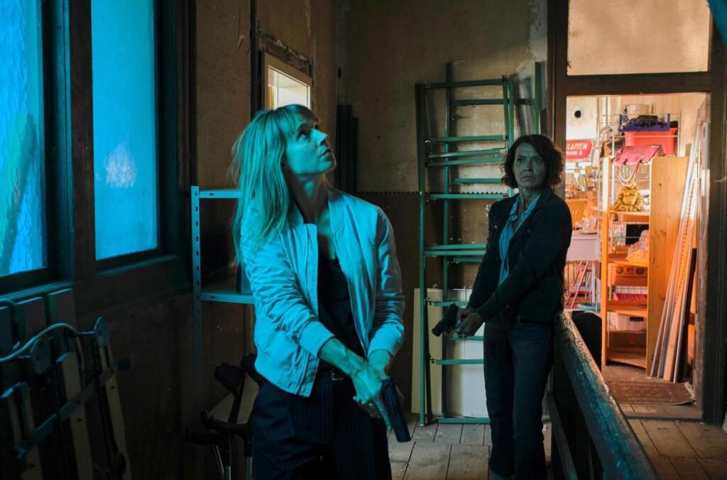 Johanna Stern (Lisa Bitter, links) und Lena Odenthal (Ulrike Folkerts) wollten einen potentiellen Verdächtigen eigentlich nur befragen. Als der sich in seiner Wohnung verschanzt, dringen sie vorsichtig ein.