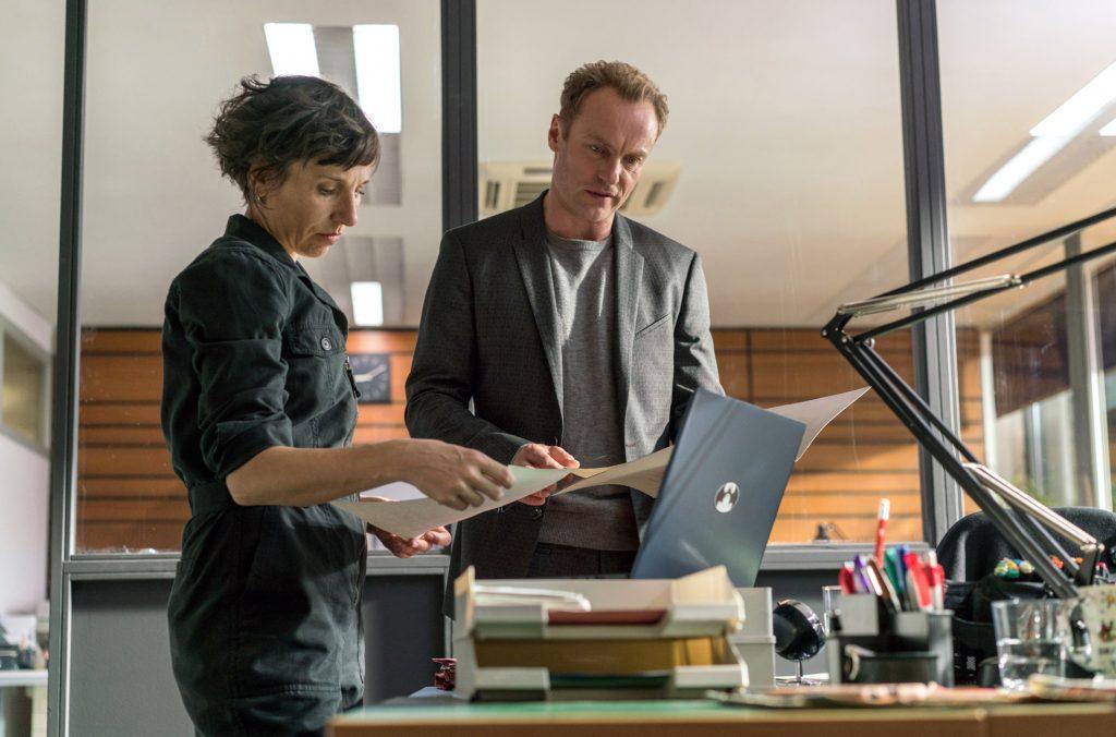 Rubin (Meret Becker) und Karow (Mark Waschke) studieren die Akten zum Fall.