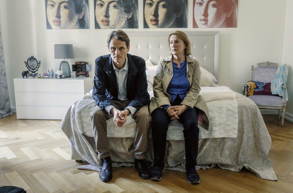 Die Kriminalhauptkommissare Felix Voss (Fabian Hinrichs) und Paula Ringelhahn (Dagmar Manzel) am Bett der toten Barbara Sprenger.