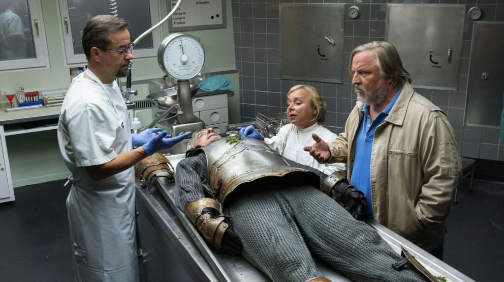Eine Leiche in Ritterrüstung, das sahen selbst Karl-Friedrich Boerne (Jan Josef Liefers, links) , Silke Haller (ChrisTine Urspruch) und Kommissar Frank Thiel (Axel Prahl) noch nie auf einem Seziertisch.