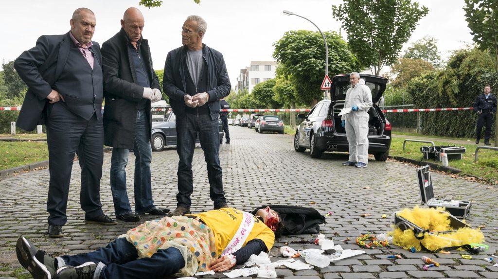 Ein Toter und eine Tasche voller Geld: Kommissare Freddy Schenk (Dietmar Bär, l) und Max Ballauf (Klaus J. Behrendt, 3.v.l) und Rechtsmediziner Dr. Joseph Roth (Joe Bausch, M) am Tatort.