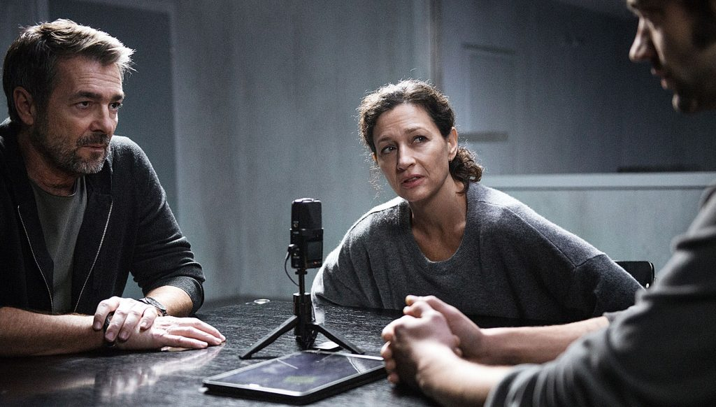 Kommissar Reto Flückiger (Stefan Gubser) und Liz Ritschard (Delia Mayer) verhören Mike Zumbrunn (Lukas Kubik, re.).