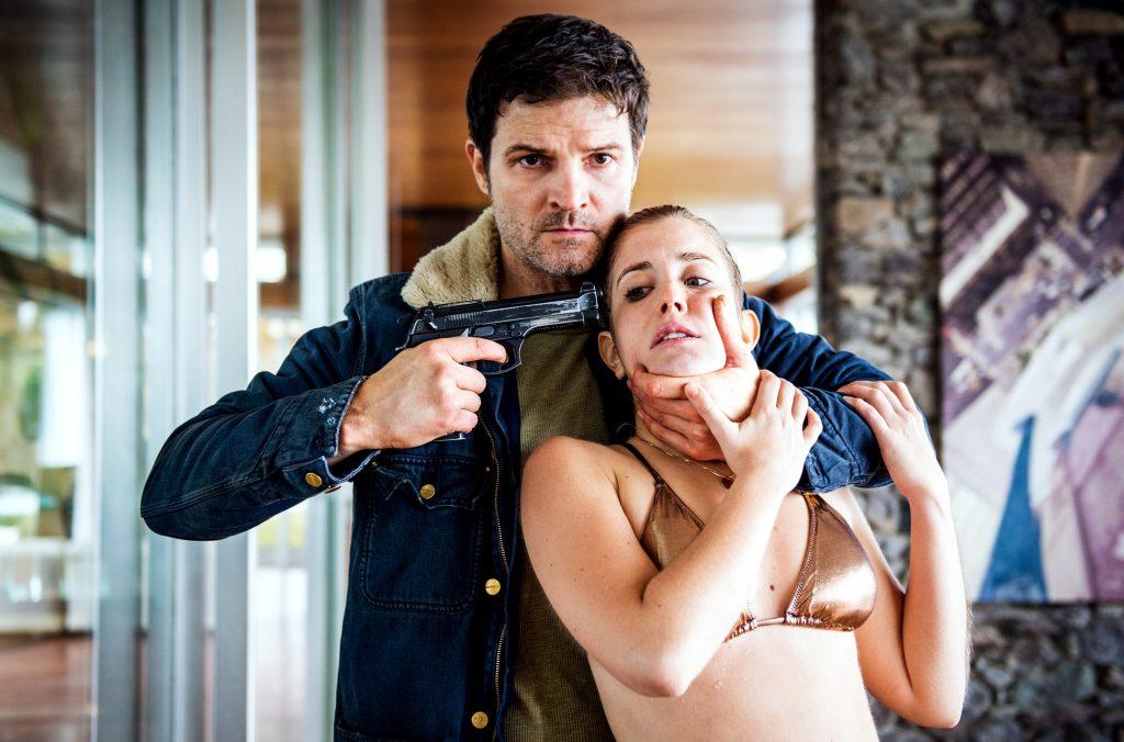 """Geiselnahme: Mike (Mišel Matičević) nimmt als """"Rich Kid"""" Leonie Seematter (Cecilia Steiner) als Geisel."""