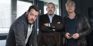 Die Ermittler: Max Ballauf (Klaus J. Behrendt, r), Freddy Schenk (Dietmar Bär, m) und ihr Assistent Norbert Jütte (Roland Riebeling, l) im Polizeipräsidium.