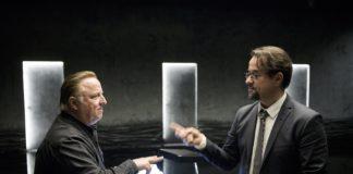 Prof. Karl-Friedrich Boerne (Jan Josef Liefers, rechts) spielt Schnick, Schnack, Schnuck mit dem Mann, der Kommissar Thiel (Axel Prahl, links) so ähnlich sieht.