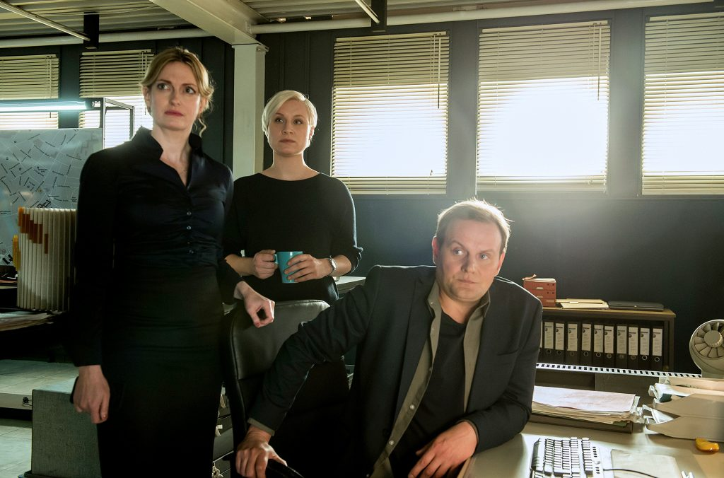 v.l. Sandra Steinbach (Staatsanwältin Debois), Sandra Maren Schneider (Mia Emmerich) und Devid Striesow (Hauptkommissar Jens Stellbrink)