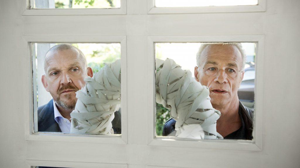 Bei den Nachbarn des Toten versuchen die Kommissare Freddy Schenk (Dietmar Bär, l) und Max Ballauf (Klaus J. Behrendt, r) hinter die Fassaden zu blicken.