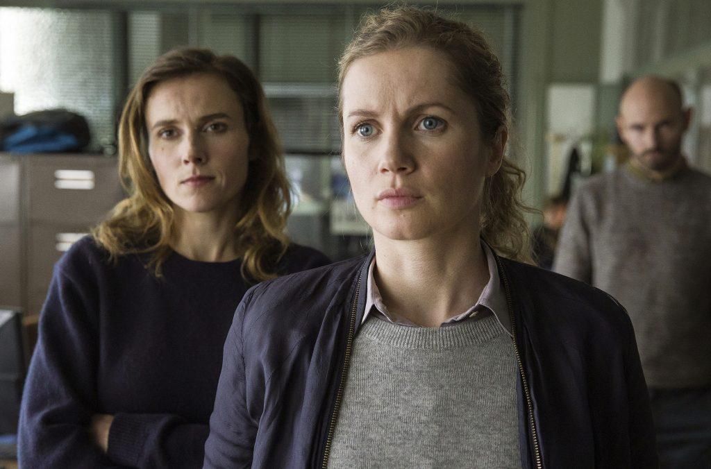 Leonie Winkler (Cornelia Gröschel) und Karin Gorniak (Karin Hanczewski) versuchen gemeinsam den Hergang der Tatnacht zu rekonstruieren.