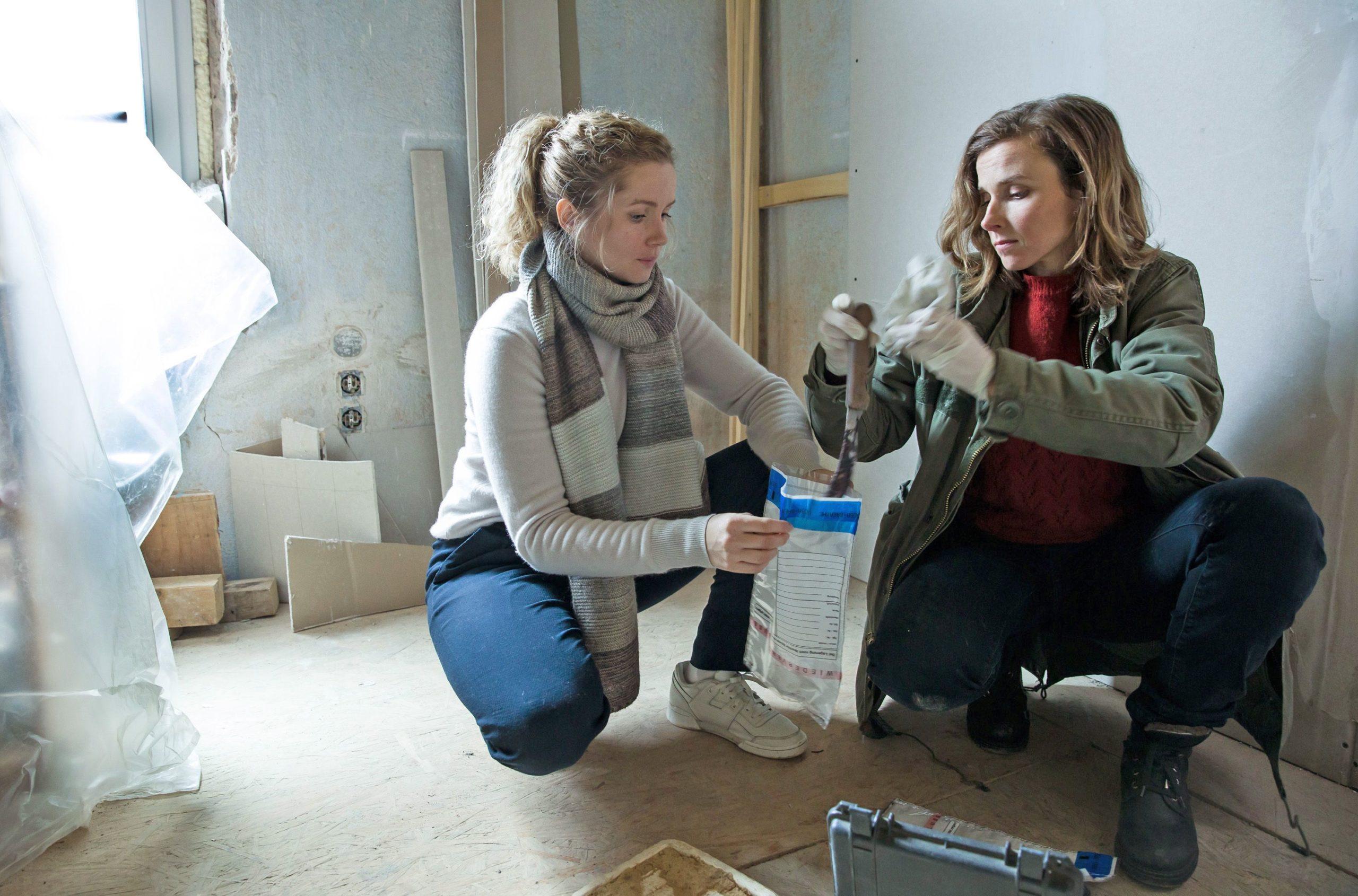 Die Ermittlerinnen Leonie Winkler (Cornelia Gröschel, li.) und Karin Hanczewski (Karin Gorniak) mit der Tatwaffe.