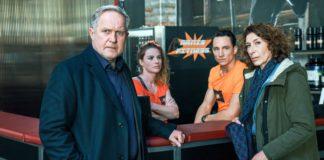 Moritz Eisner (Harald Krassnitzer) und Bibi Fellner (Adele Neuhauser) befragen Susi (Michaela Schausberger) und Markus Hangl (Laurence Rupp).
