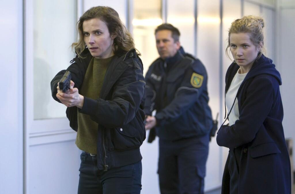 Karin Gorniak (Karin Hanczewski, li.) und Leo Winkler (Cornelia Gröschel) sowie ein Kollege mit vorgezogener Waffe.
