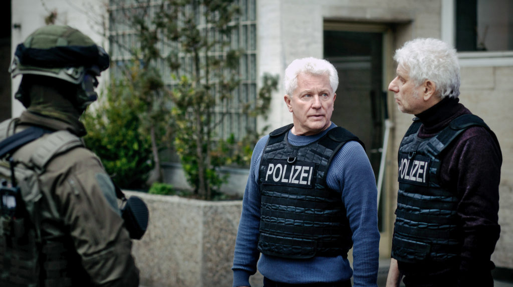 Die Kriminalhauptkommissare Ivo Batic (Miroslav Nemec) und Franz Leitmayr (Udo Wachtveitl) warten angespannt den SEK-Einsatz ab.