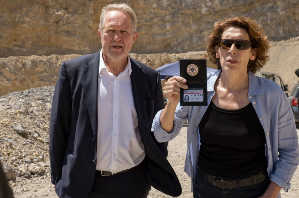 """Einer """"Verschwörung"""" ist das Erfolgsduo Moritz Eisner (Harald Krassnitzer) und Bibi Fellner (Adele Neuhauser) diesmal auf der Spur, wenn es den Tod eines hohen Beamten des Innenministeriums aufzuklären gilt."""