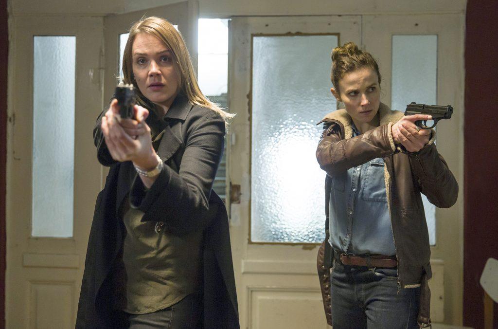 Die Ermittlerinnen Henni Sieland (Alwara Höfels) und Karin Gorniak (Karin Hanczewski) stürmen Laura Nix' Wohnung.
