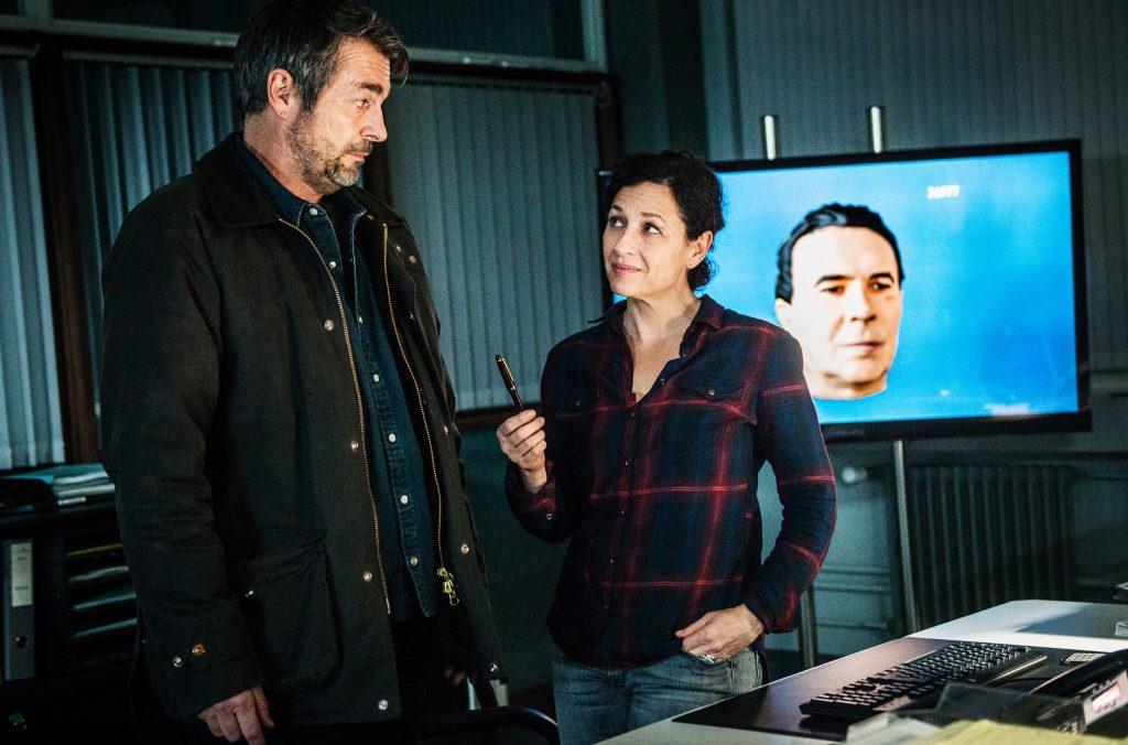 Die Ermittler Reto Flückiger (Stefan Gubser) und Liz Ritschard (Delia Mayer) halten Lagebesprechung auf dem Kommissariat.