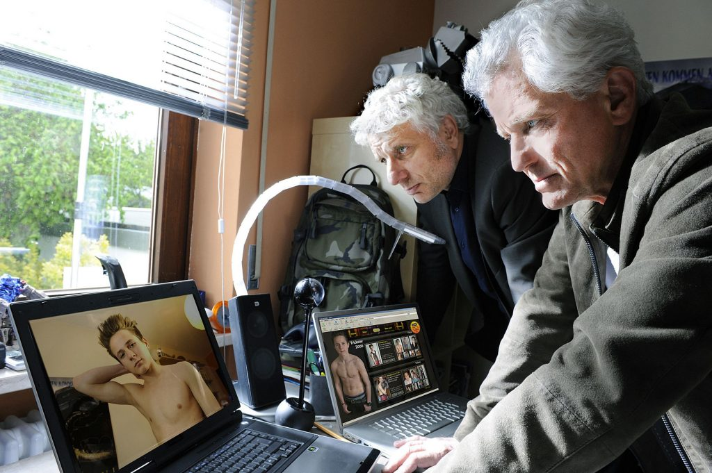 Kriminalhauptkommissar Franz Leitmayr und Kriminalhauptkommissar Ivo Batic finden Nacktaufnahmen auf dem Computer des 14-jährigen Opfers.