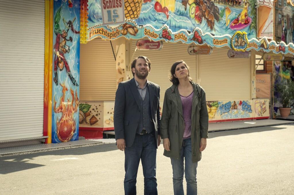 Lessing (Christian Ulmen) und Kira Dorn (Nora Tschirner) entdecken vor der Geisterbahn den flüchtigen Kongo.