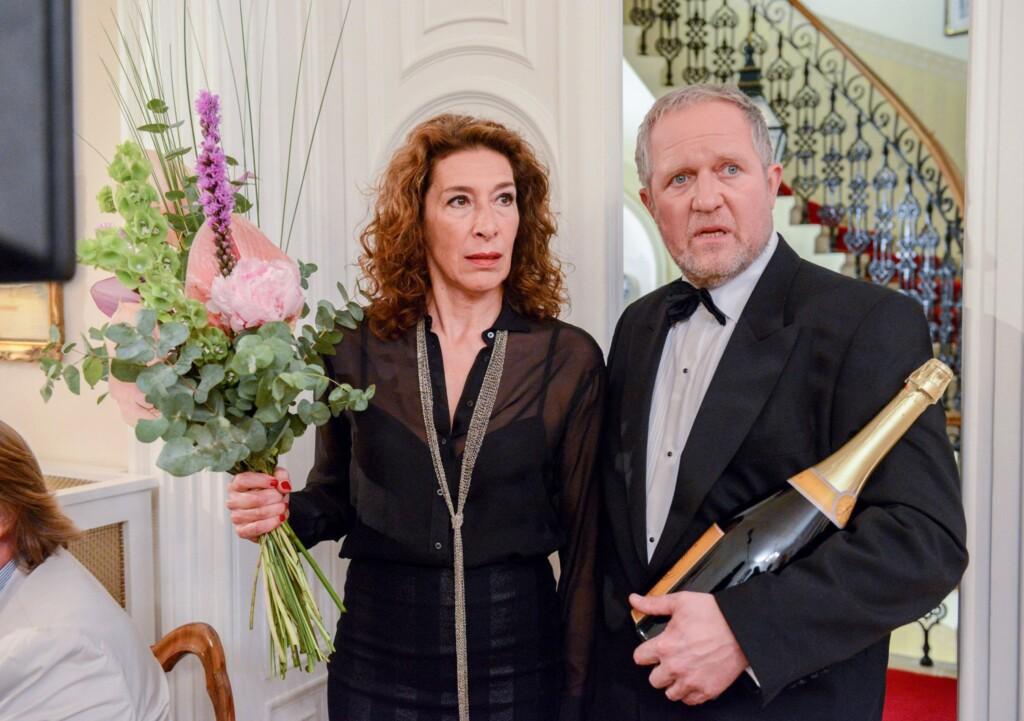 """Eindeutig """"overdressed """"erscheinen Bibi (Adele Neuhauser) und Moritz (Harald Krassnitzer) beim Geburtstagsfest ihres Chefs."""