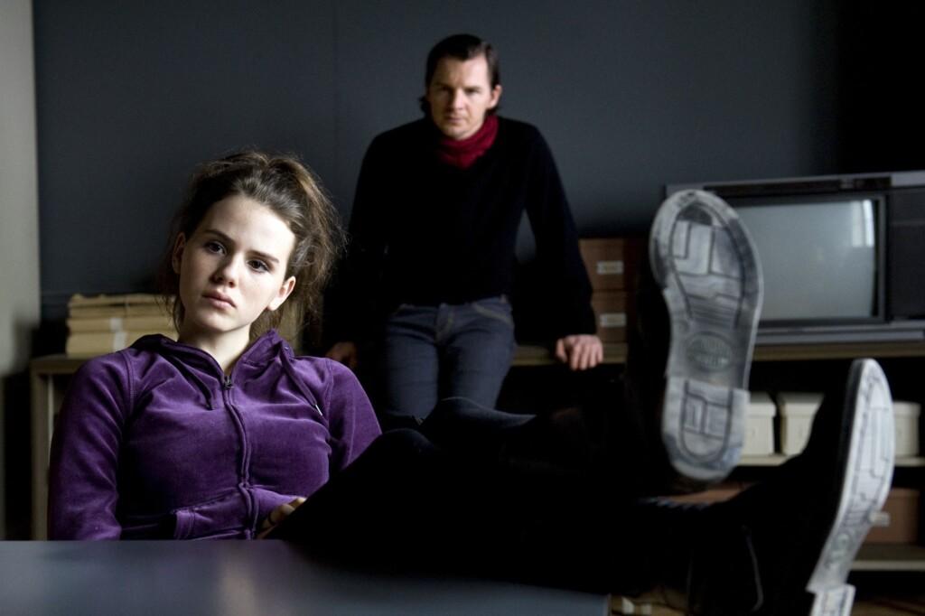 Sebastian Bootz (Felix Klare) will aus Sarah (Ruby O. Fee) hervorlocken, ob sie ihre Familie deckt.