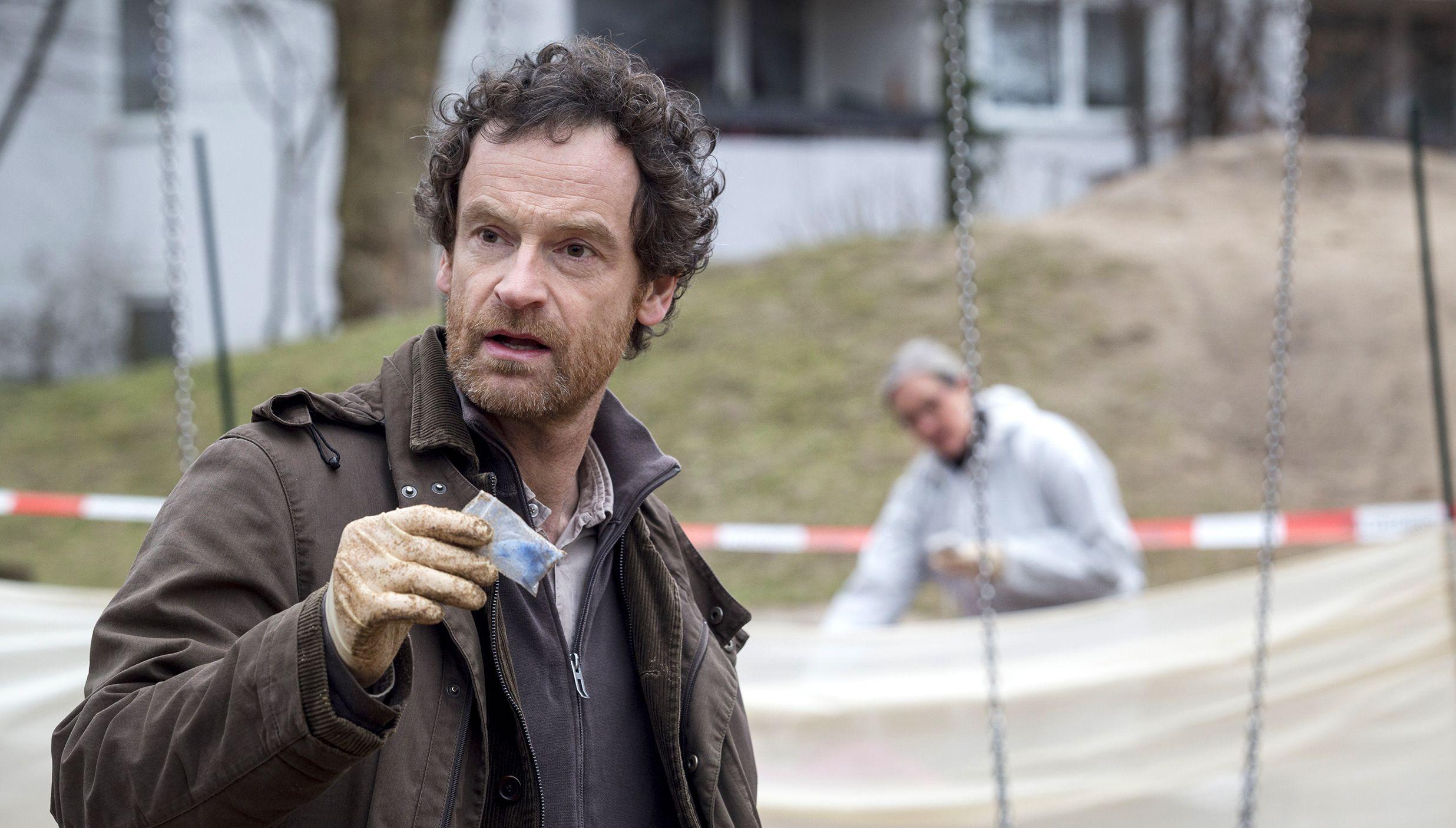 Peter Faber (Jörg Hartmann) findet am Tatort ein Drogen-Tütchen.
