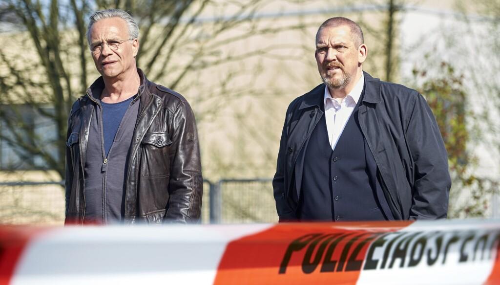 Gerade am Tatort auf dem Klinikgelände eingetroffen: Kommissare Max Ballauf (Klaus J. Behrendt, links) und Freddy Schenk (Dietmar Bär, rechts).