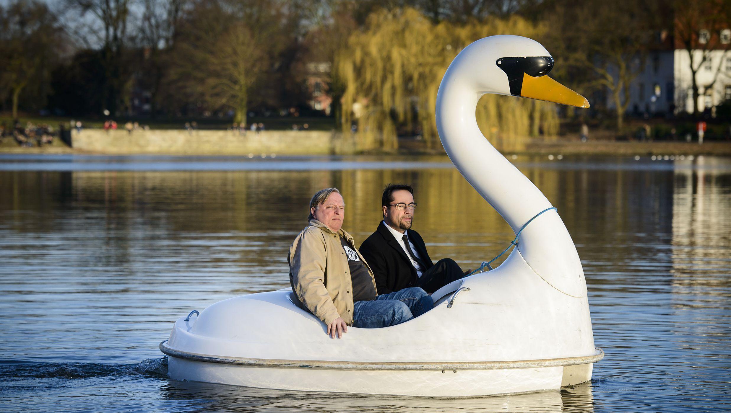 Frank Thiel (Axel Prahl, l) und Professor Boerne (Jan Josef Liefers), an Bord eines Tretbootes.