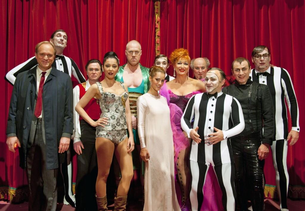 """Magda Wächter, noch etwas skeptisch, folgt der Einladung ihres LKA-Chefs Felix Murot, und gemeinsam besuchen sie eine Vorstellung im Zirkus """"Raxon""""."""