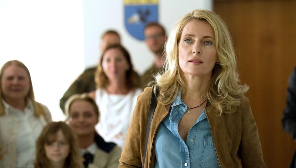 Kommissarin Lindholm (Maria Furtwängler) in der Wartehalle.
