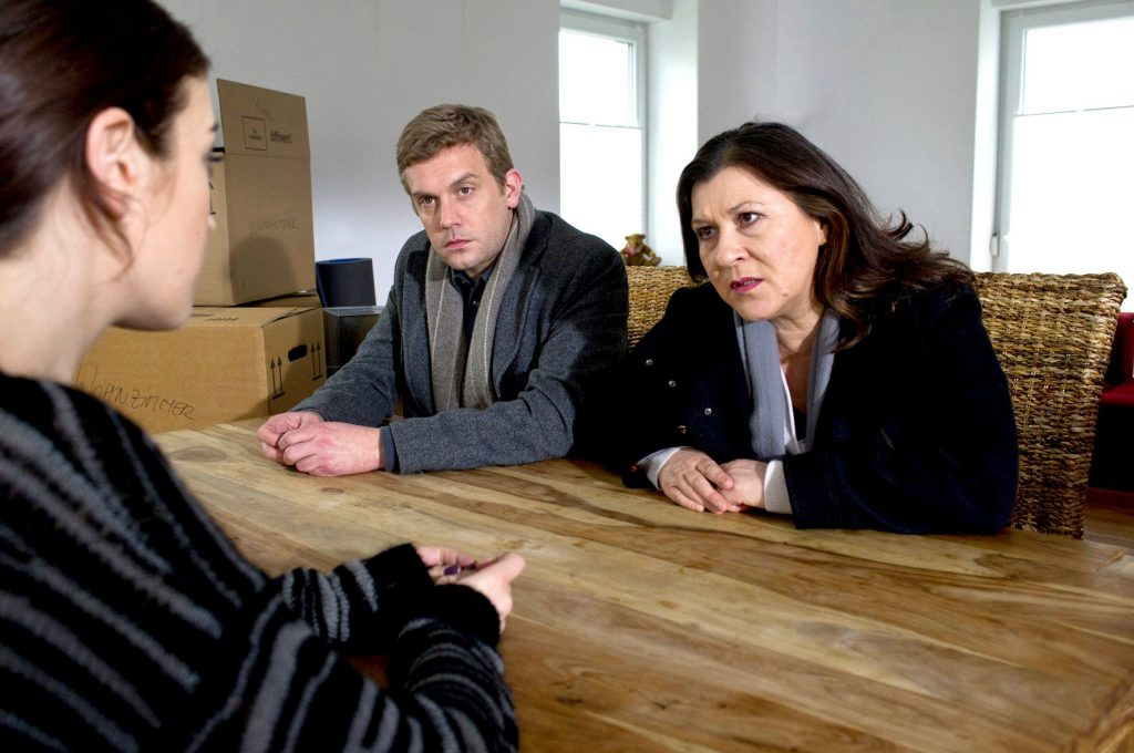 Klara Blum (Eva Mattes) und Kai Perlmann (Sebastian Bezzel) hören von Alisa Adam (Anna Bederke), dass der Ermordete mit ihr Russisches Roulette spielen wollte.