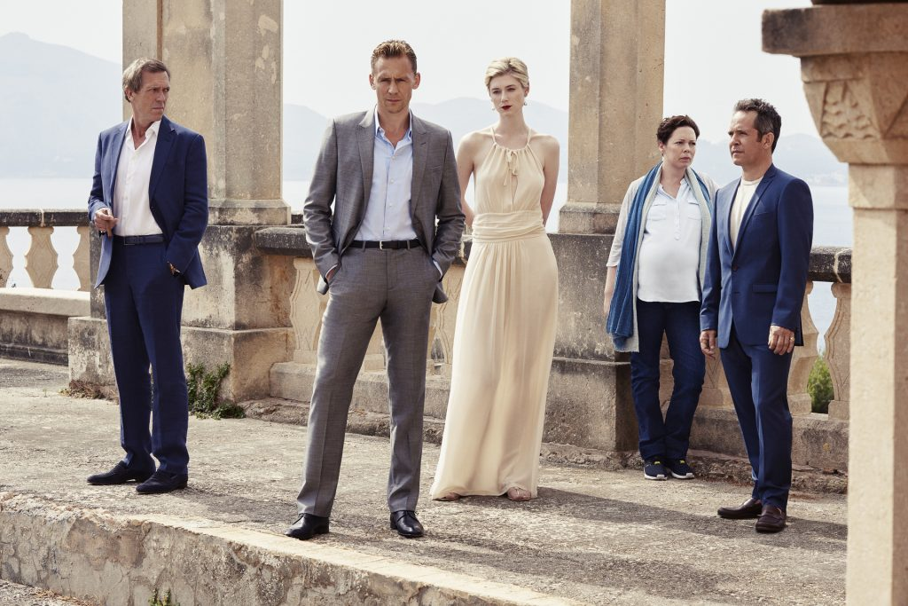 Richard Roper (Hugh Laurie, l.), Jonathan Pine (Tom Hiddleston, 2.v.l.), Jed (Elizabeth Debicki, M.), Angela Burr (Olivia Colman, 2.v.r.) und Major Lance Corkoran (Tom Hollander, r.).