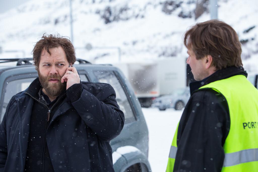Kommissar Andri (Ólafur Darri Ólafsson) im Gespräch mit dem Hafenmeister Sigurður (Þorsteinn Bachmann) als er per Handy neue Information erhält.